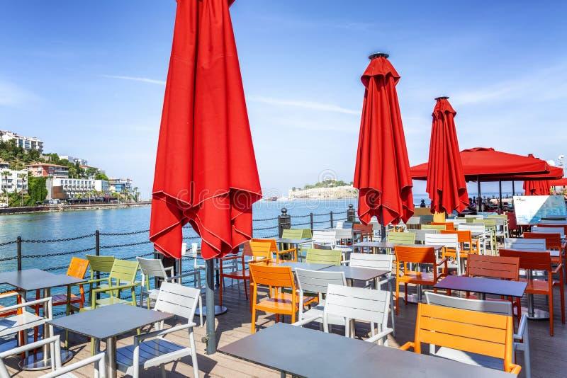 Kusadasi, die Türkei, 05/19/2019: Café mit bunten Stühlen im Hafen auf dem Strand Sch?ne Ansicht lizenzfreie stockfotos