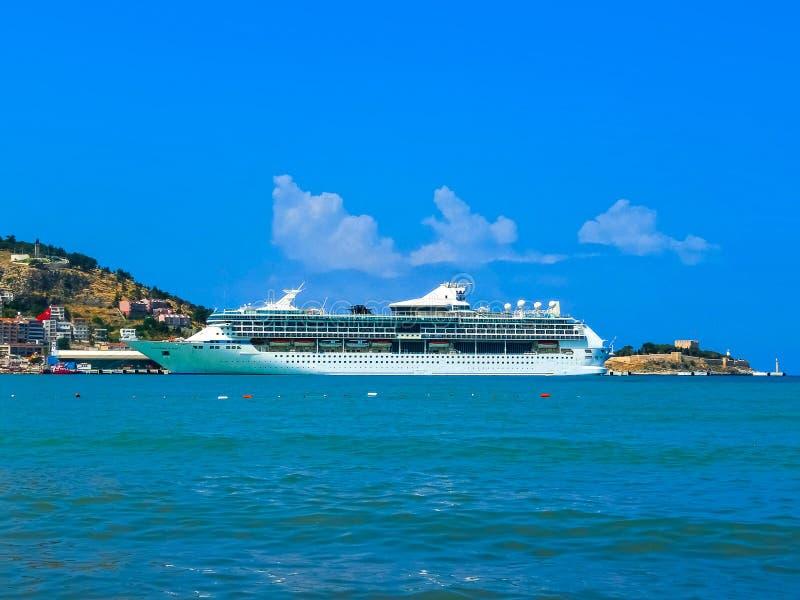 Kusadasi, die Türkei - 9. Juni 2015: Kreuzschiff-Pracht der Meere durch königlichen karibischen International am Hafen von Kusada stockfotos