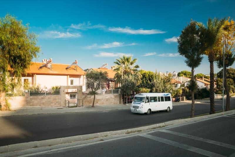Kusadasi, Provinz Ayd, Türkei Städtisches Taxi Minibus fährt auf der Straße stockfotografie