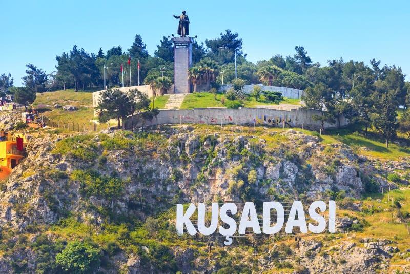 Kusadasi, sinal do nome da cidade de Turquia imagens de stock royalty free