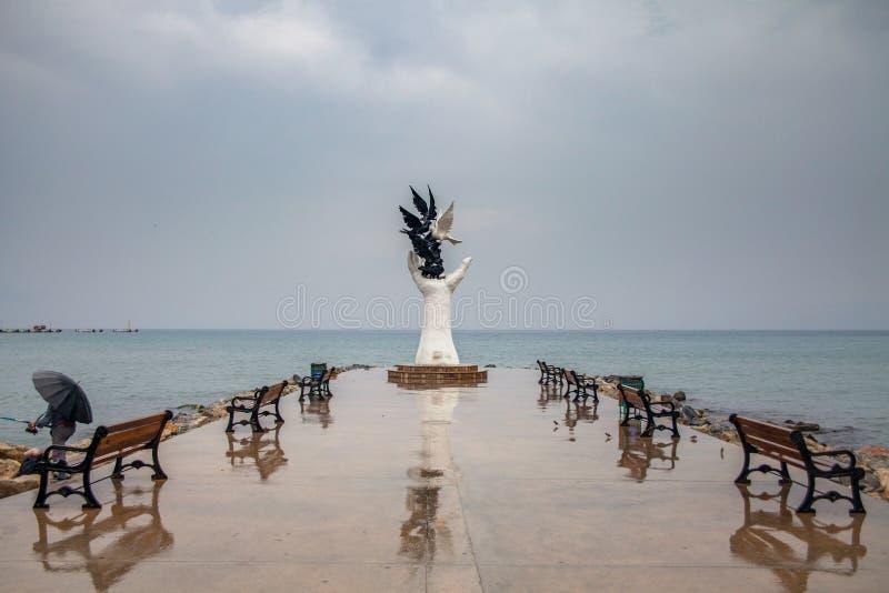 Kusadasi, Turcja - 17 września 2019 r.: Ręka rzeźby pokoju z gołębiami na nabrzeżu w Kusadasi, Turcja obraz stock