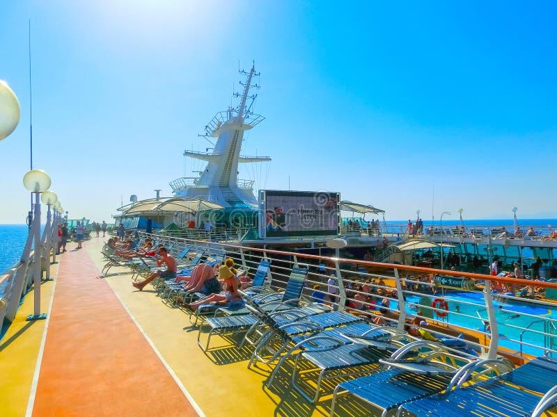 Kusadasi, Turquía - 10 de junio de 2015: Esplendor del barco de cruceros de los mares por el International del Caribe real fotos de archivo libres de regalías
