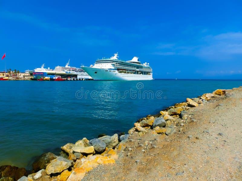 Kusadasi, Turquía - 9 de junio de 2015: Esplendor del barco de cruceros de los mares por el International del Caribe real en el p fotografía de archivo