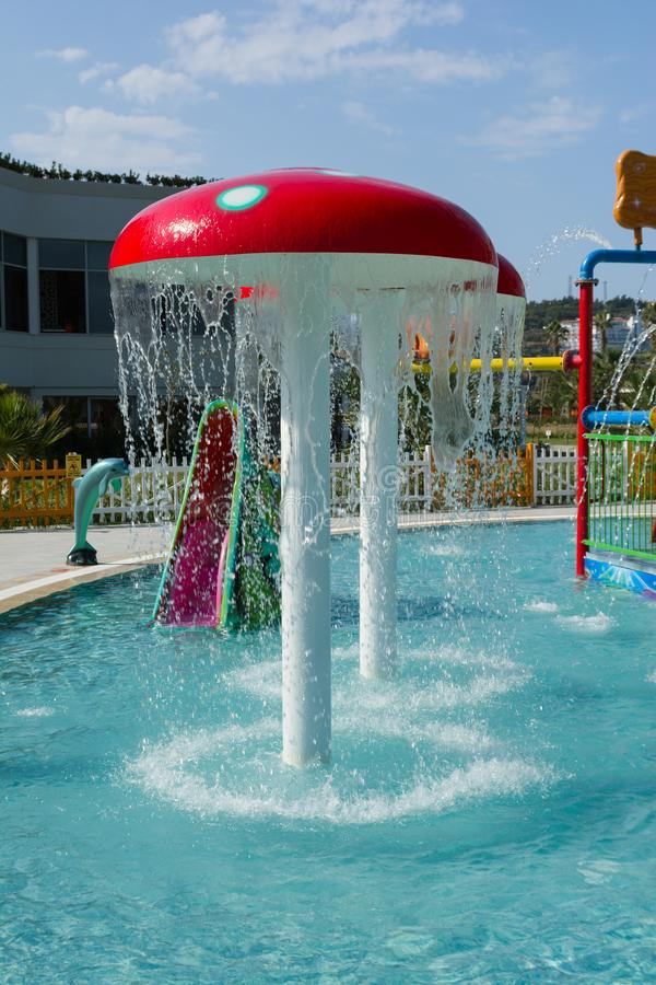 KUSADASI, TURQUIA - 21 DE AGOSTO DE 2017: Corrediças plásticas coloridas no aquapark As crianças molham o campo de jogos fotos de stock royalty free