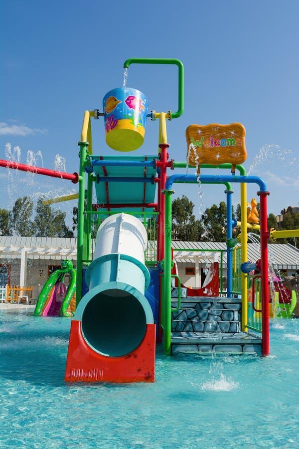 KUSADASI, TURQUIA - 21 DE AGOSTO DE 2017: Corrediças plásticas coloridas no aquapark As crianças molham o campo de jogos imagem de stock