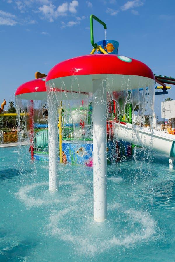 KUSADASI, TURQUIA - 21 DE AGOSTO DE 2017: Corrediças plásticas coloridas no aquapark As crianças molham o campo de jogos fotografia de stock
