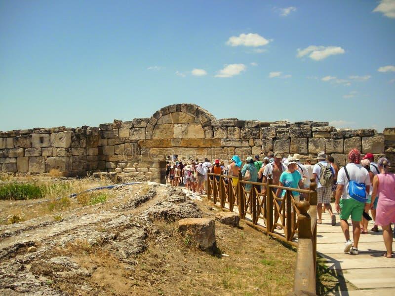 Kusadasi, Turquia - 19 de junho de 2012: turista que inscreve Hierapolis, uma cidade antiga situada em Hot Springs no Phrygia clá imagens de stock royalty free