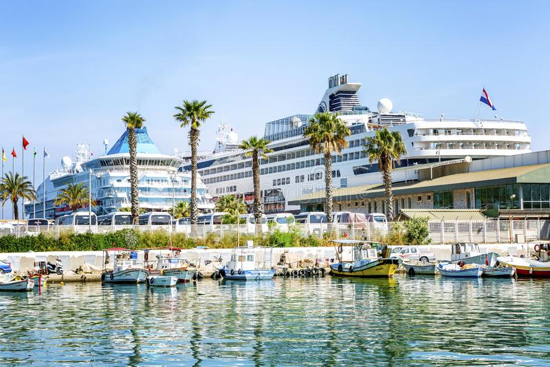Kusadasi, Turquia, 05/19/2019: Vista bonita do porto com forros do cruzeiro fotos de stock