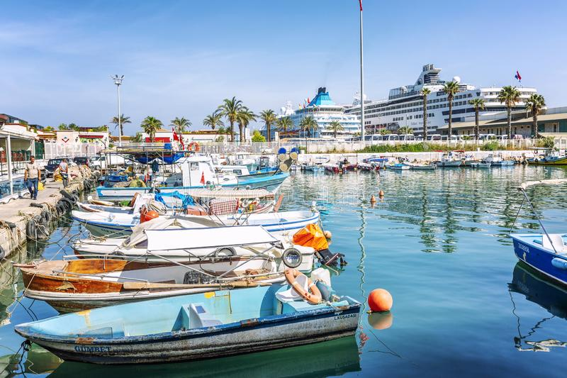 Kusadwsy,土耳其,05/19/2019:口岸在有巡航划线员和小船的度假胜地 清楚的好日子 免版税图库摄影