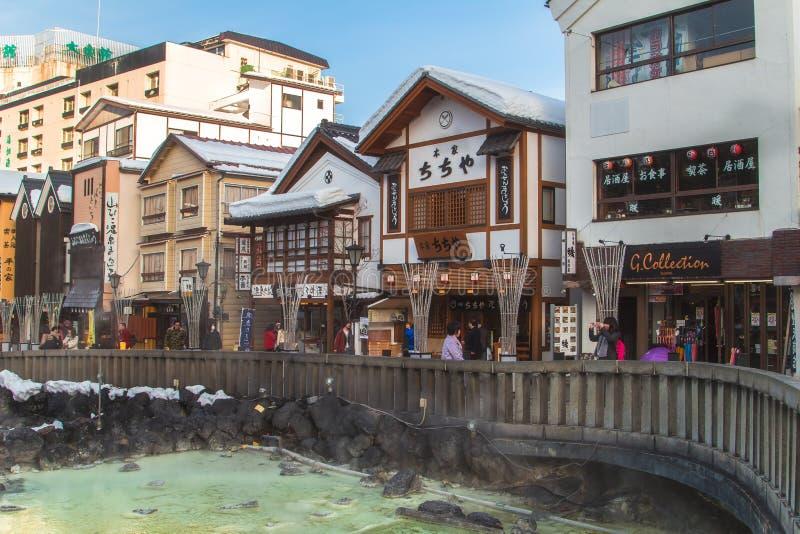 Kusatsu Onsen är en av Japan ` s mest berömda semesterorter för varm vår och välsignas med stora volymer av högkvalitativt vatten arkivbilder