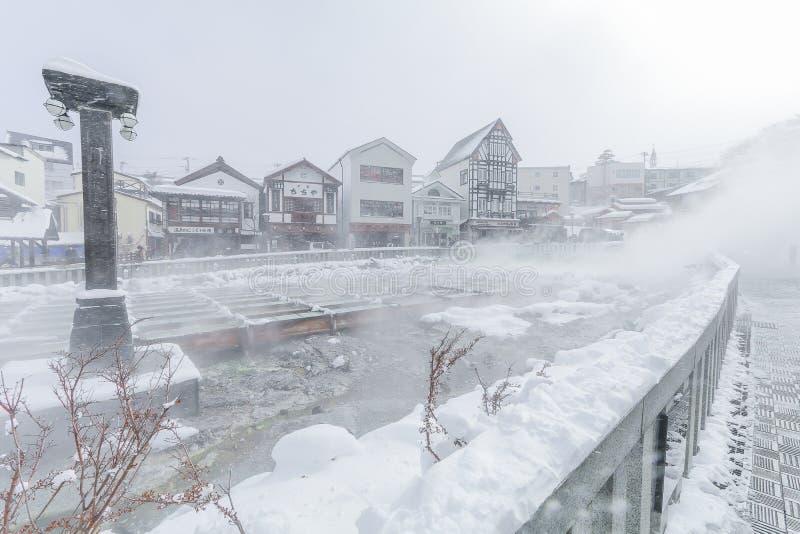 Kusatsu Onsen ?r en semesterort f?r varm v?r som lokaliseras i den Gunma prefekturen Japan, en av de b?sta trena Hot Springs i Ja arkivfoto