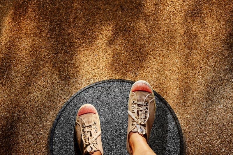 Kuscheleckekonzept Mann auf Turnschuh-Schuh-Schritten über Kreis-Linie zur äußeren Grenze, Draufsicht, Schmutz-schmutziger konkre lizenzfreies stockfoto