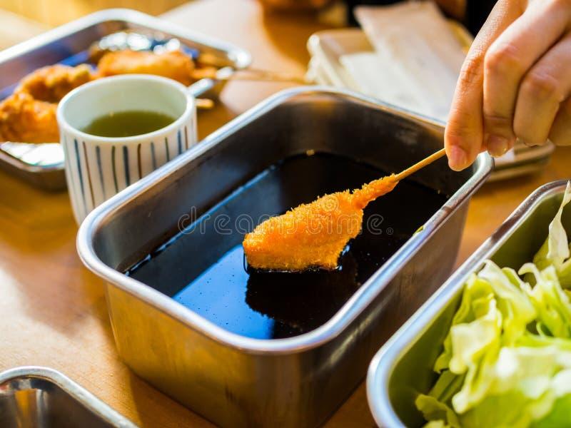 Kushikatsu, japanischer Teller des frittierten aufgespießten Fleisches stockfotografie