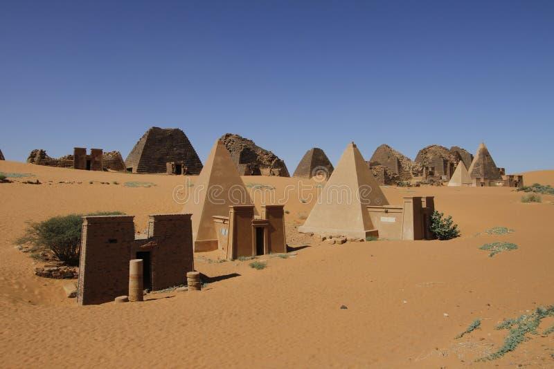 Kushite统治者的金字塔形坟茔在Meroe的 库存照片
