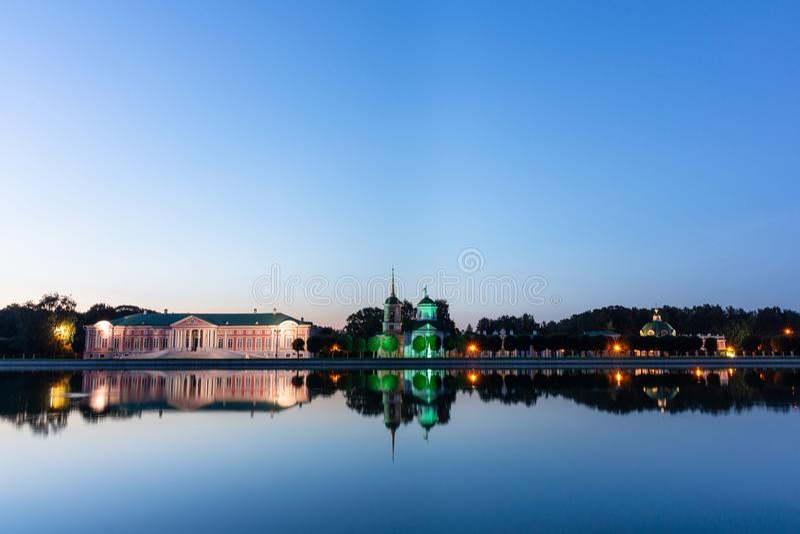 Kuskovo公园在晚上 免版税库存图片