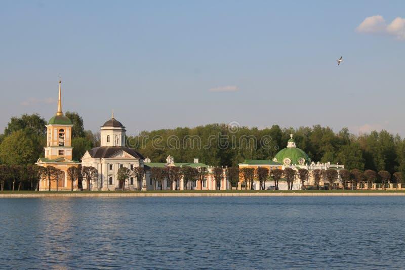 Kuskovo公园看法和历史建筑学在莫斯科俄罗斯通过水道在一个春日 免版税库存图片