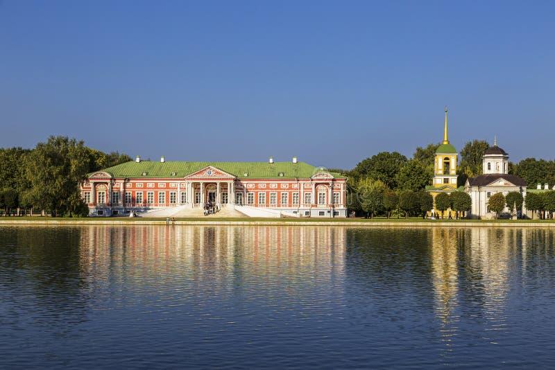 Kuskovo庄园、前豪宅计数Sheremetev和池塘的看法 r 库存图片