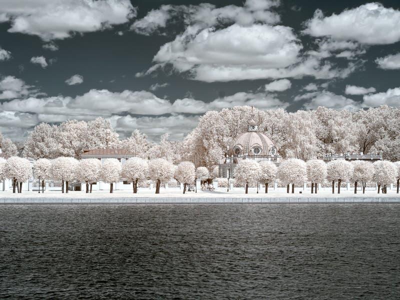 Kuskovo Λίμνη και Grotto παλατιών Υπέρυθρη φωτογραφία στοκ εικόνα με δικαίωμα ελεύθερης χρήσης