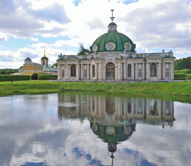 Kuskovomanor in Moskou aan het begin van de zomer op bewolkte D royalty-vrije stock afbeeldingen