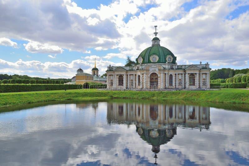 Kuskovomanor in Moskou aan het begin van de zomer op bewolkte D stock afbeelding