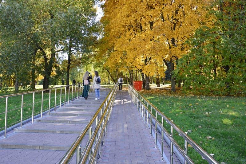 Kuskovsky-Park moskau 15 10 2018 Leuteweg im Herbstpark lizenzfreies stockbild