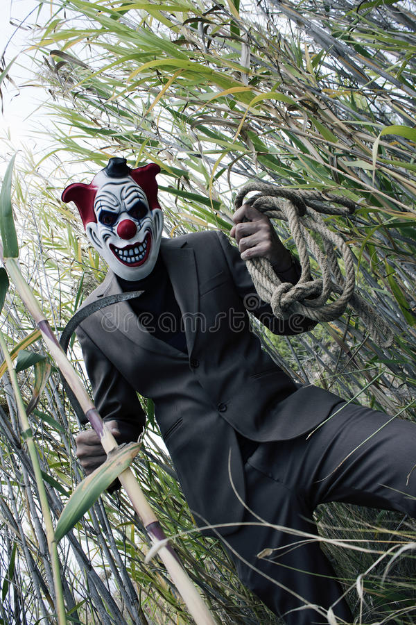 Kuslig clown som har gyckel Läskig mördare royaltyfri fotografi