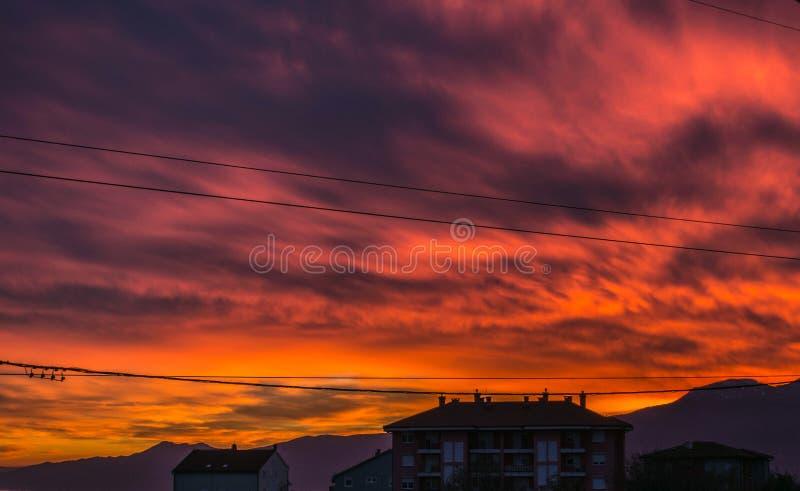 Kuslig röd himmel i solnedgång över Rijeka royaltyfria bilder