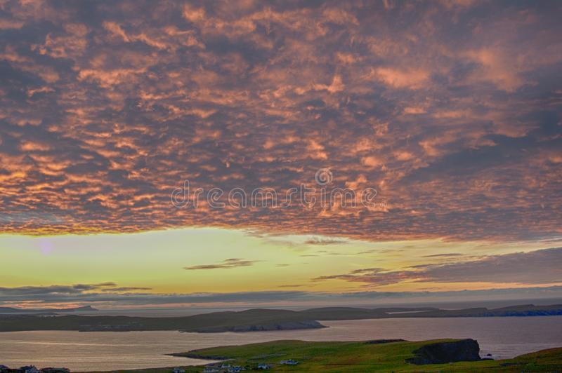 Kuslig soluppgång med det krusiga molnlagret royaltyfria foton