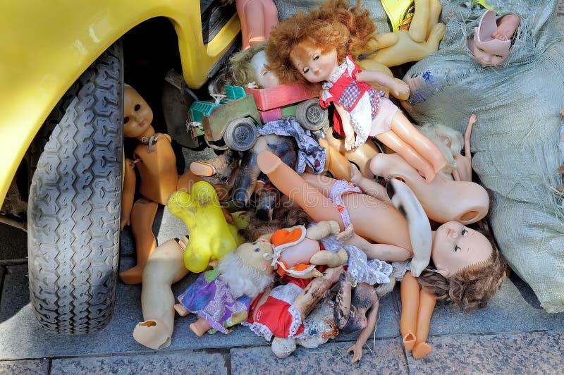 Kusliga övergav dockor för barn` s royaltyfria bilder