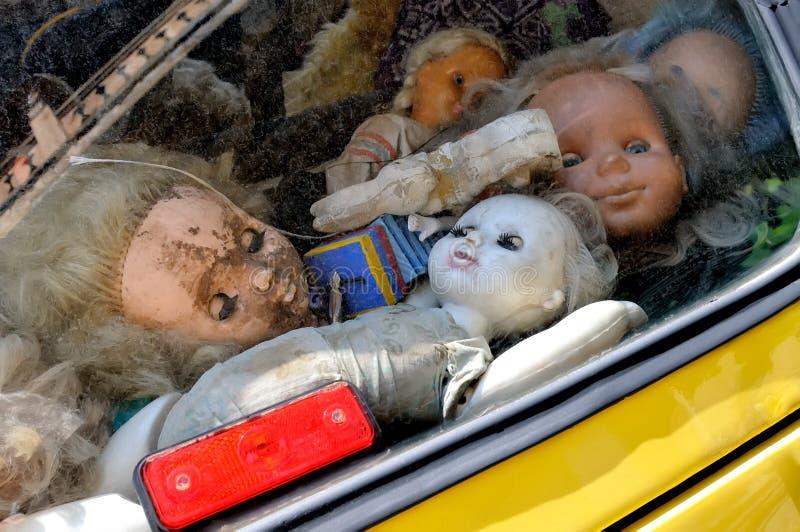 Kusliga övergav dockor för barn` s arkivbilder