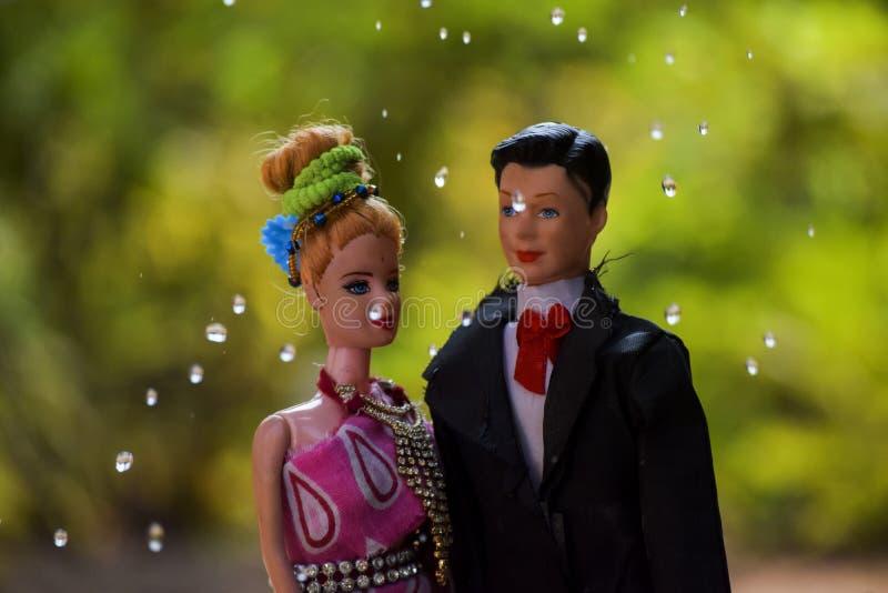Kusliga dockor i mörk smutsig vattenförälskelse och romans Gift par på havet fotografering för bildbyråer