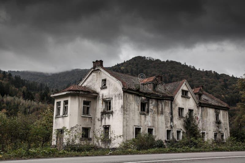 Kusligt gammalt hus royaltyfri foto