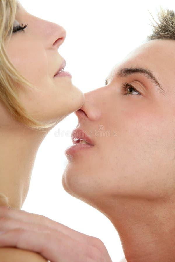 Kuss über den weißen, jungen Neigungspaaren lizenzfreies stockbild