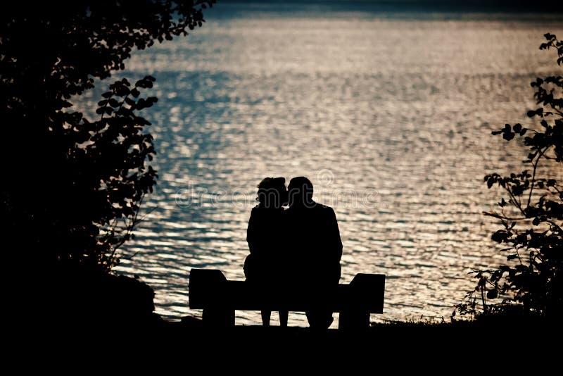 Kuss auf der Hintergrundbeleuchtung lizenzfreie stockbilder