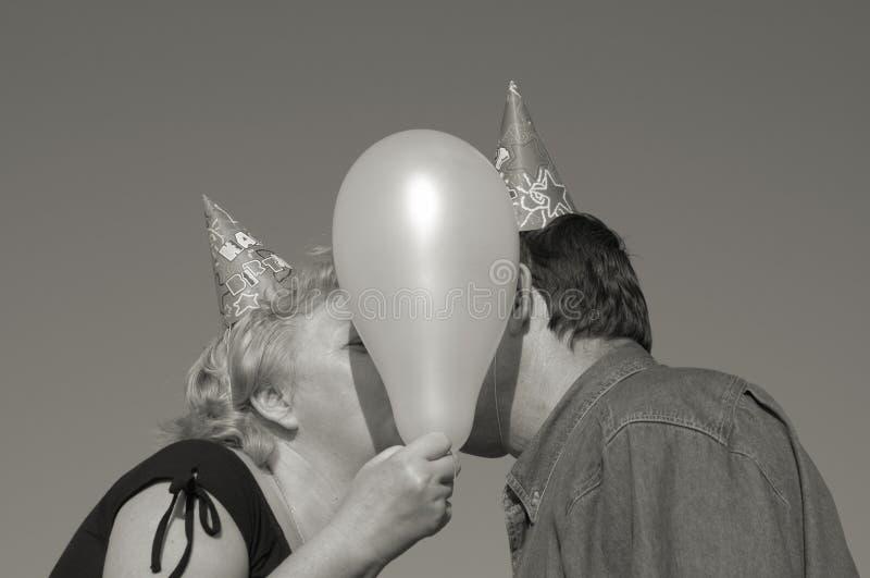 Kuss auf der Party stockfoto