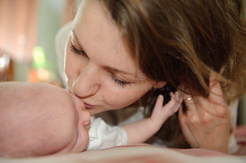 Kuss des Mutter stockbilder