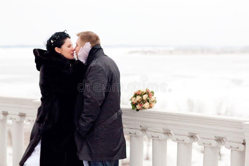 Kuss im Winter lizenzfreies stockfoto