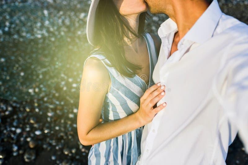 Kussend mooi gelukkig paar, bebouwde horizontaal Wittebroodsweken van royalty-vrije stock afbeeldingen