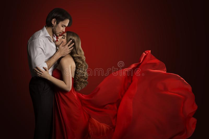 Kussend Paar, Jonge Man Kus Mooie Vrouw, Golvende Rode Kleding stock foto