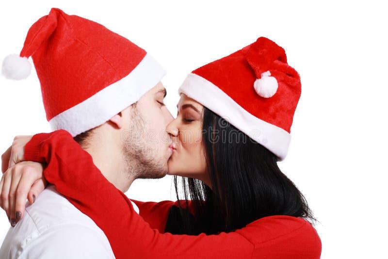 Kussend paar in Kerstmis stock afbeelding
