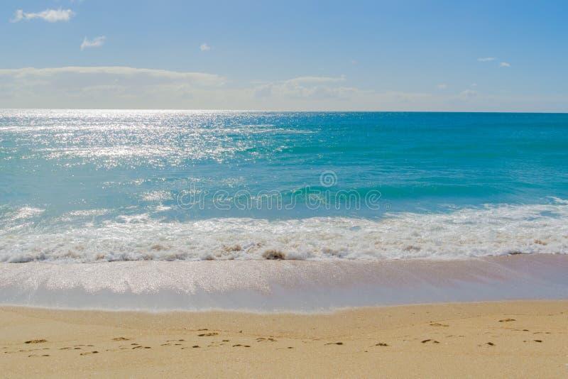Kust- abstrakt begrepp för rörelsesuddighet med solen skimrar över havet royaltyfri fotografi