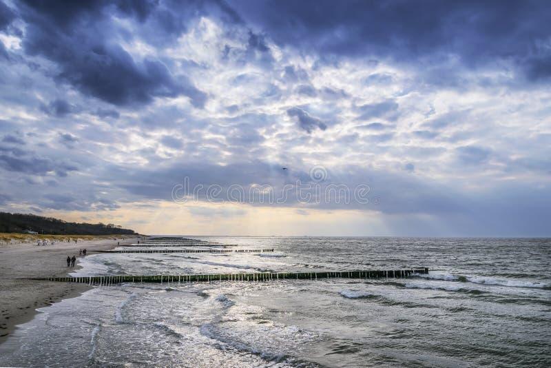 Kust av Östersjön med mörka moln royaltyfri bild