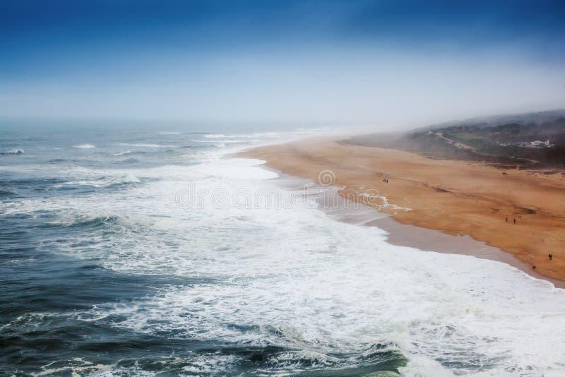 Kust av Atlanticet Ocean i en storm, Portugal, grannskap N arkivbild