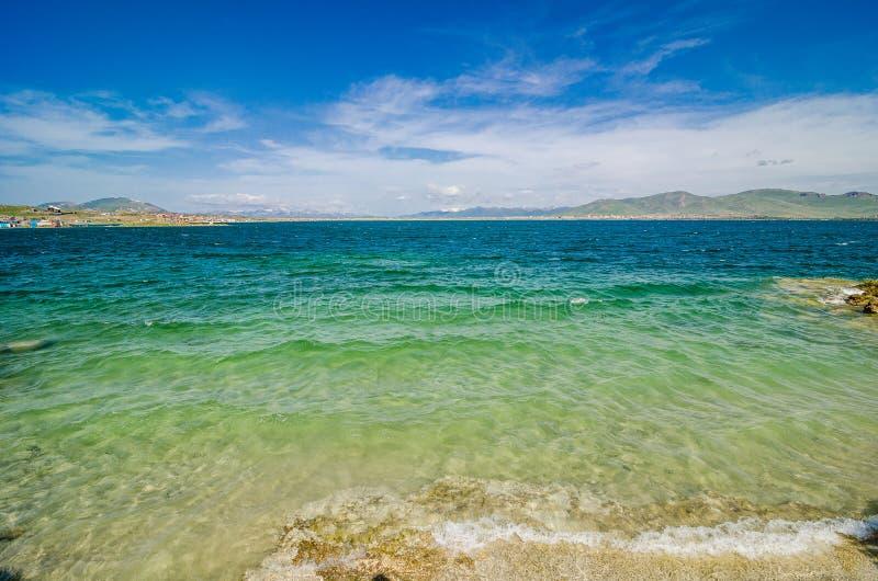 Kust av den klara Sevan sjön i armeniska berg, Armenien royaltyfri fotografi