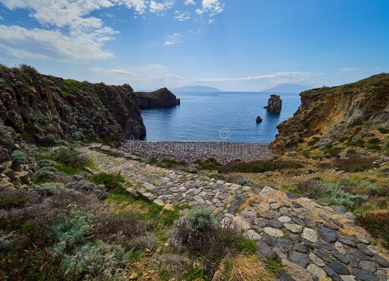 Kust av den Panarea ön, eoliska öar, Sicilien, Italien fotografering för bildbyråer