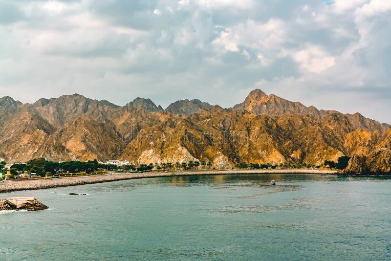 Kust av golfen av Oman nära Muscat, sikt från havet arkivfoto
