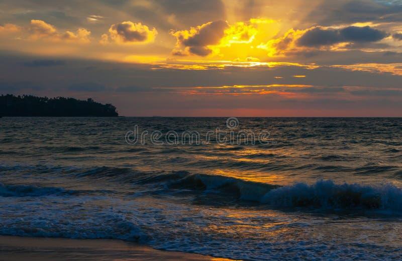 Kust av havet på solnedgången royaltyfria bilder