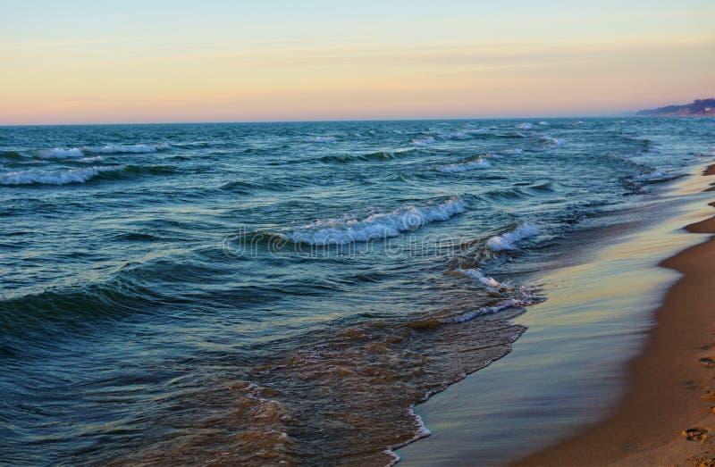 Kust av Lake Michigan på skymning arkivbild