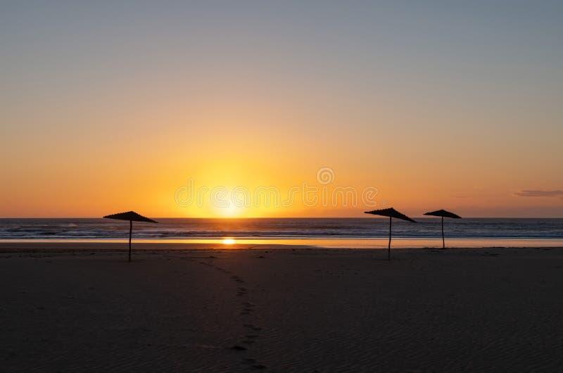 Kust av Sidi Kaouki, Marocko, Afrika skjuten solnedgångtid för exponering long Marockos fantastiskt bränningstad royaltyfri bild