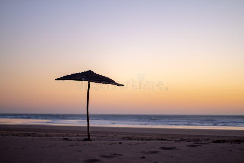 Kust av Sidi Kaouki, Marocko, Afrika skjuten solnedgångtid för exponering long Marockos fantastiskt bränningstad arkivbilder